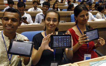 Aakash diákok büszkén mutatják táblagépüket New Delhiben