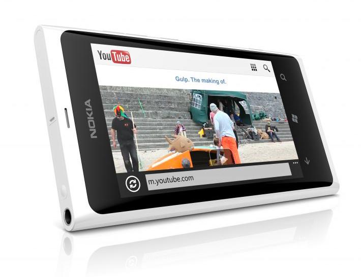 700-nokia-lumia-800-white-gulp-screen