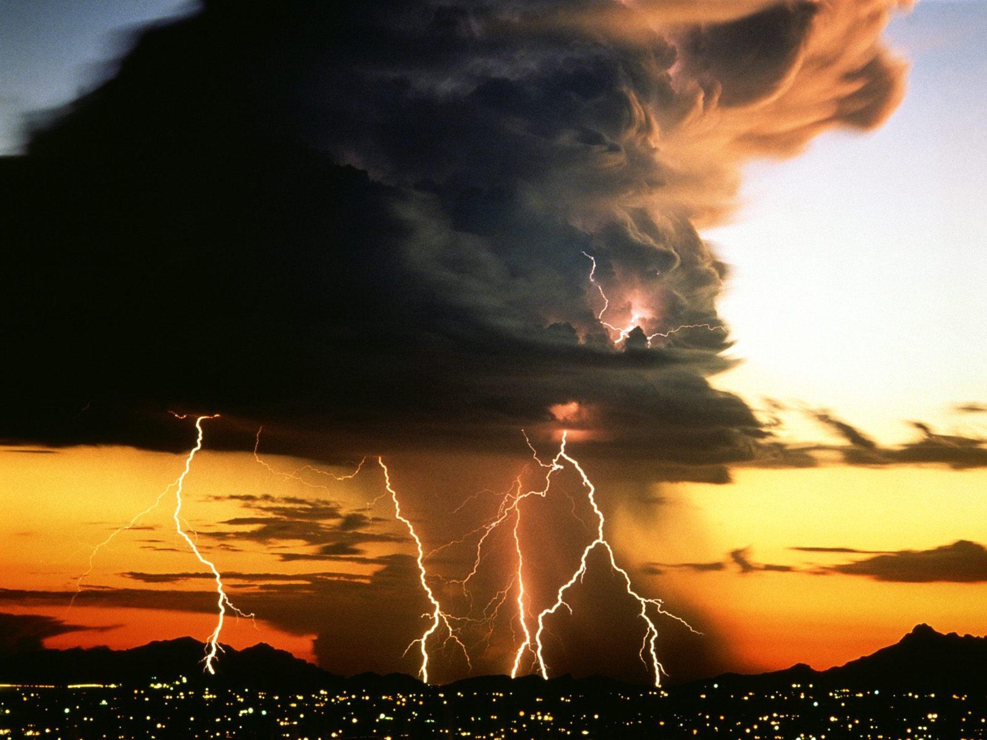 1344321082_giganticstormcloud_207427