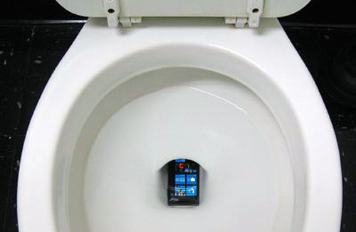 500x_windows-phone-7-in-toilet