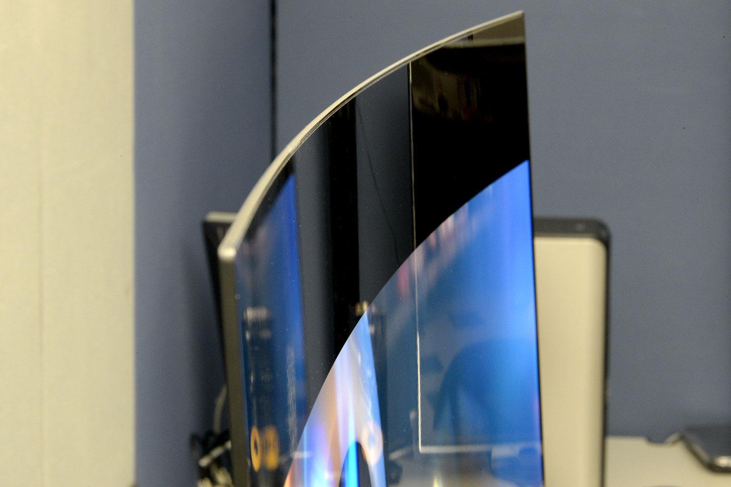LG-55EA9800-curved-OLED-cure-angle
