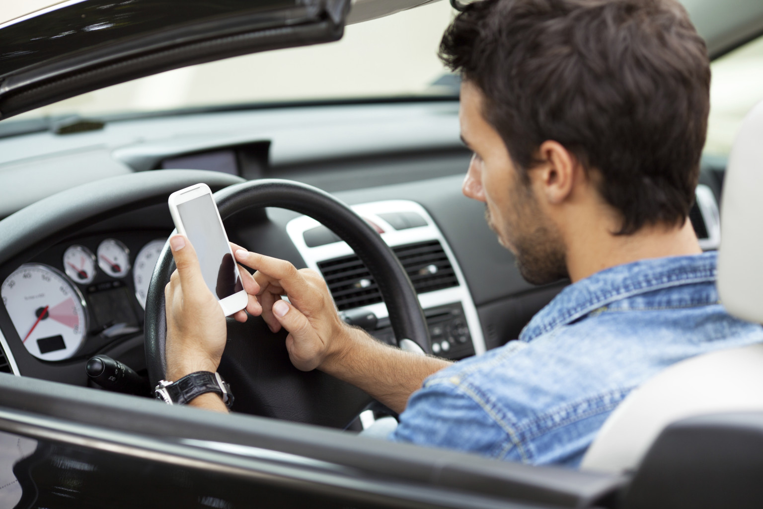 Ha sokat ülsz autóban, ezeket a programokat töltsd le a telefonodra!