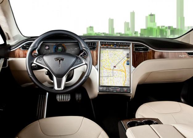 Itt az új szoftver: Új funkciókkal bővül a Tesla Model S