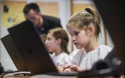 30 ezer új informatikai eszközt telepítenek iskolákba