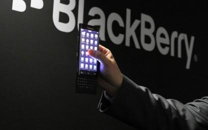 Íves kijelzős telefonnal villogott a BlackBerry is