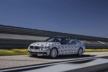 Az új 7-es BMW magától parkol majd