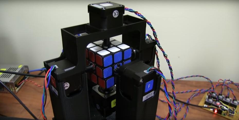 Ennél gyorsabban még senki és semmi nem rakott ki Rubik-kockát ... 95ea4c0749