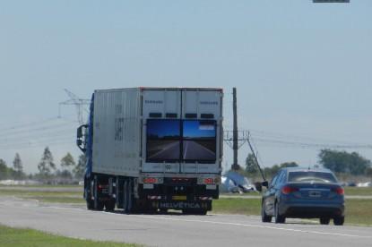 Ha emögött a kamion mögött haladsz, biztosan nem szenvedsz balesetet