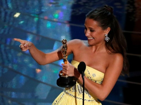 "Alicia Vikander receives the Oscar for Best Supporting Actress for her role in ""The Danish Girl"" at the 88th Academy Awards in Hollywood, California February 28, 2016. REUTERS/Mario Anzuoni"