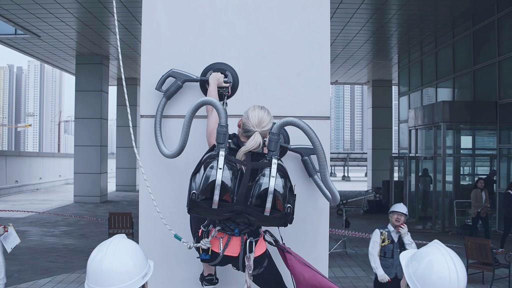 LG-CordZero-Climbing-Stunt-2
