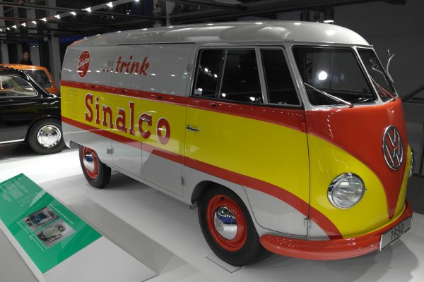 A gyártás első évéből származik a manapság sokak által csak hippibuszként számon tartott Volkswagen Transporter T1.