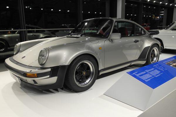 Az egyes piacokon 911 Turbo-nak nevezett, valójában 930 Turbo-ként életre hívott  jármű 260 lóerős motorjával alaposan példát statuált a konkurenciának.