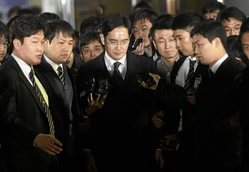 Samsung Group chief, Jay Y. Lee, leaves the Seoul Central District Court in Seoul, South Korea, February 16, 2017. Picture taken on February 16, 2017.   Shin Wong-soo/News1 via REUTERS   ATTENTION EDITORS - THIS IMAGE HAS BEEN SUPPLIED BY A THIRD PARTY. SOUTH KOREA OUT. FOR EDITORIAL USE ONLY. NO RESALES. NO ARCHIVE.