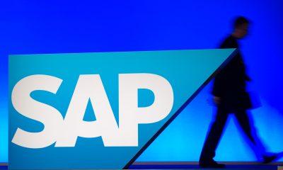 ARCHIV- Ein Mitarbeiter geht am 23.05.2012 in Mannheim (Baden-Württemberg) in der SAP-Arena bei der Hauptversammlung des Softwareherstellers SAP an einem Logo des Konzerns vorbei. Am 19.04.2013 legt der Softwarekonzern seine Quartalsbilanz vor. Foto: Uwe Anspach/dpa +++(c) dpa - Bildfunk+++