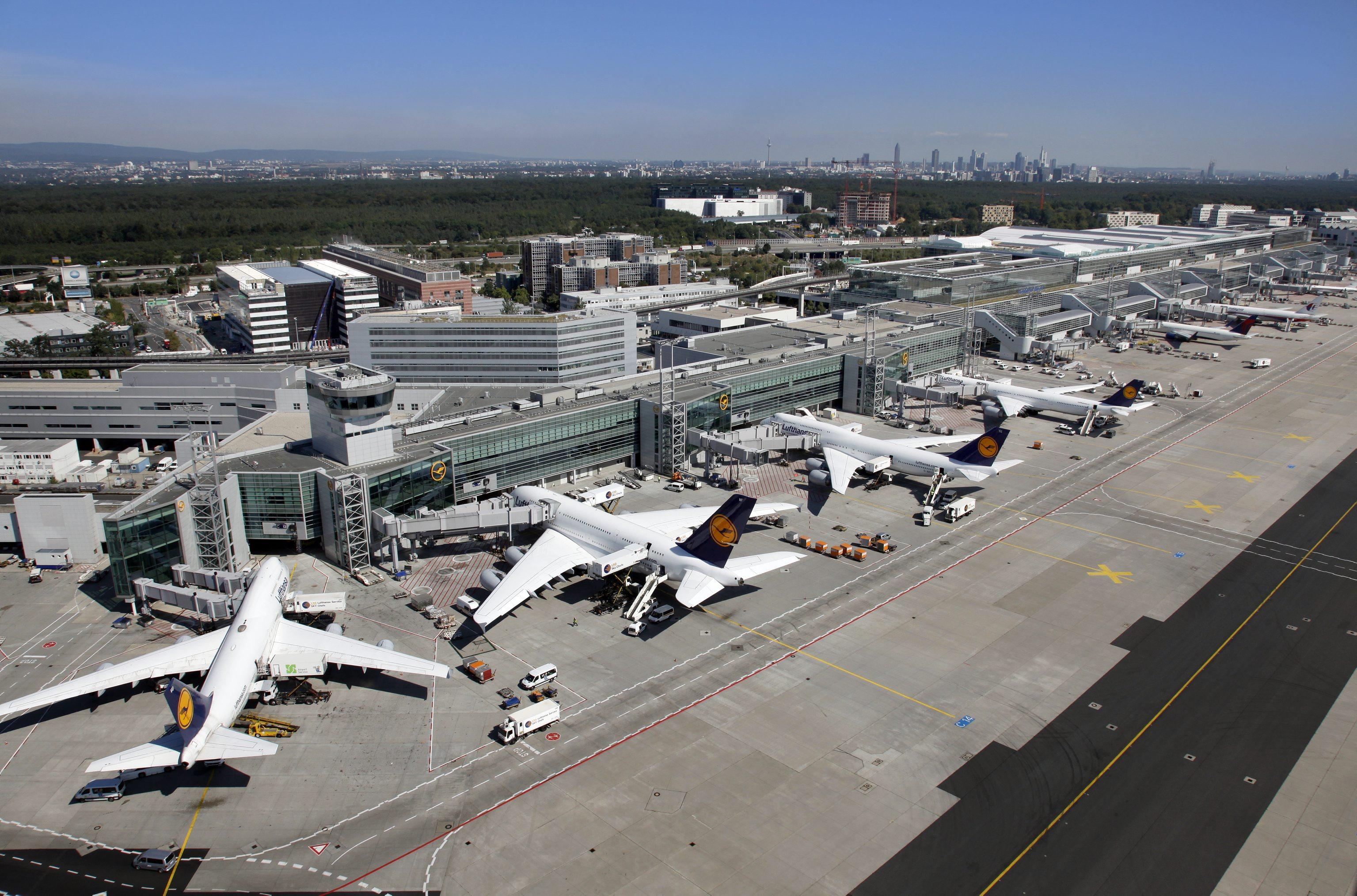 CD Riegel mit A 380 Lufthansa Maschinen und Vorfeldkontrolle