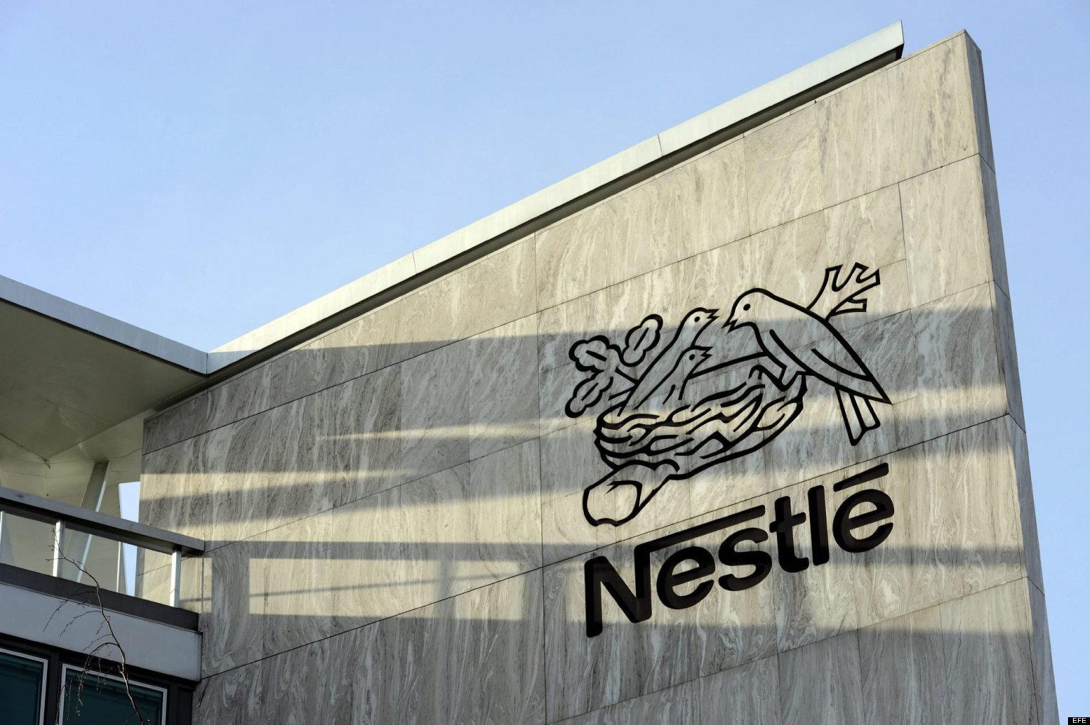LAU215 VEVEY (SUIZA) 19/02/2013.- Imagen de archivo distribuida hoy martes 19 de febrero de 2013 que muestra el logotipo de la multinacional suiza Nestlé en la sede de la compañía en Vevey, Suiza, el 14 de febrero de 2013. Nestlé ha retirado productos de pasta con carne de vacuno en España e Italia, tras desvelarse que contienen trazas de ADN de caballo superiores al uno por ciento, informó la compañía. En un comunicado divulgado en las últimas horas, Nestlé explica que ha decidido la suspensión de la distribución de todos los productos elaborados de vacuno suministrados por la empresa alemana H.J. Schypke, un subcontratista de su proveedor JBS Toledo N.V. Los productos retirados de la venta en España e Italia son los ravioli y tortellini de carne Buitoni. También se ha retirado una lasaña a la boloñesa producida en Francia para negocios de catering. EFE/Laurent Gillieron