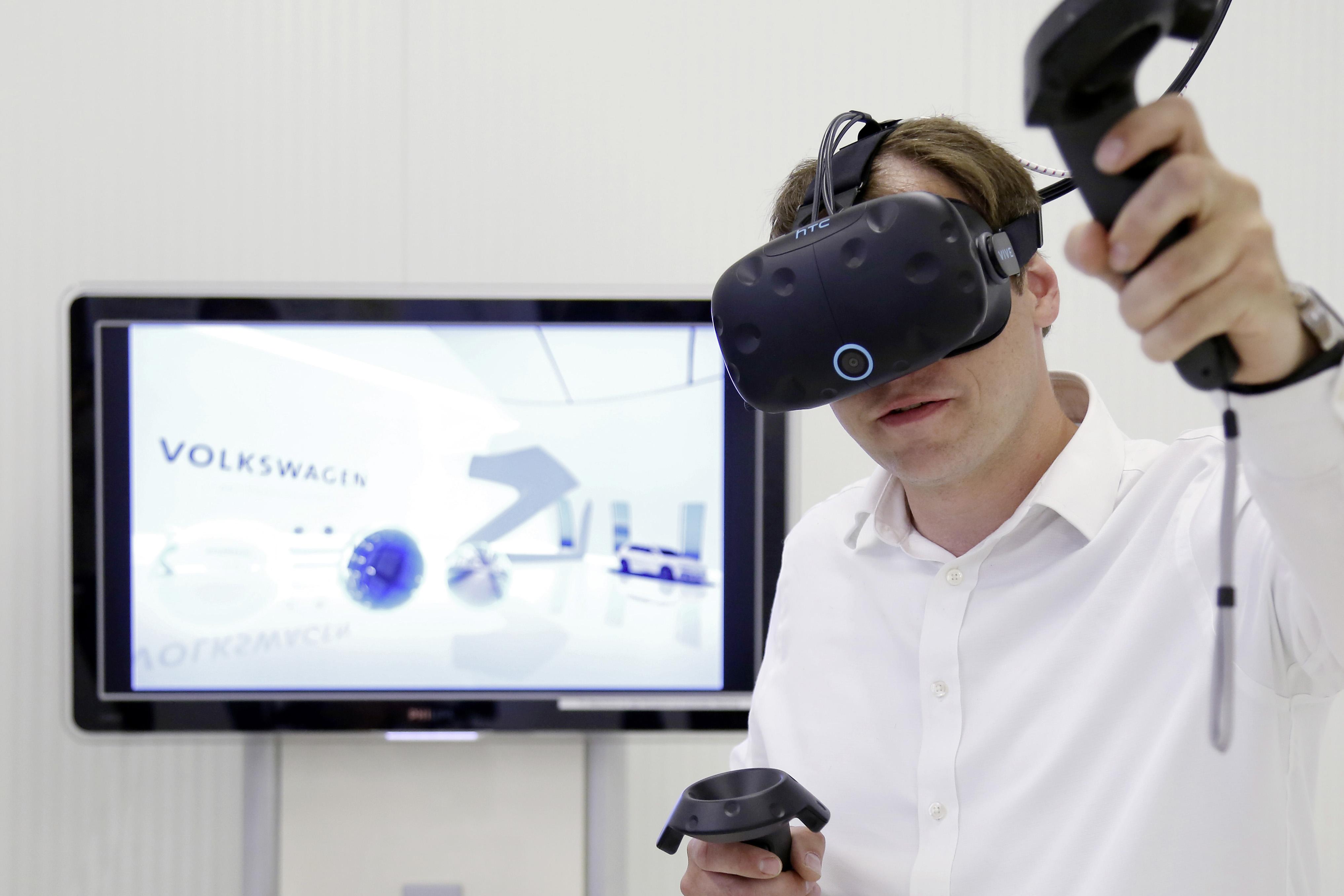 """Dennis Abmeier, IT-Experte im Team Digital Realities im Konzernarbeitskreis Digitale Fabrik, sagt: ?Der gegenseitige Wissenstransfer ist ebenso wichtig wie die Bündelung dieses Wissens. Über den ,Volkswagen Digital Reality Hub´ haben die Mitarbeiter die Möglichkeit, auf bereits vorhandene VR-Elemente sowie vorhandenes Wissen zuzugreifen."""""""
