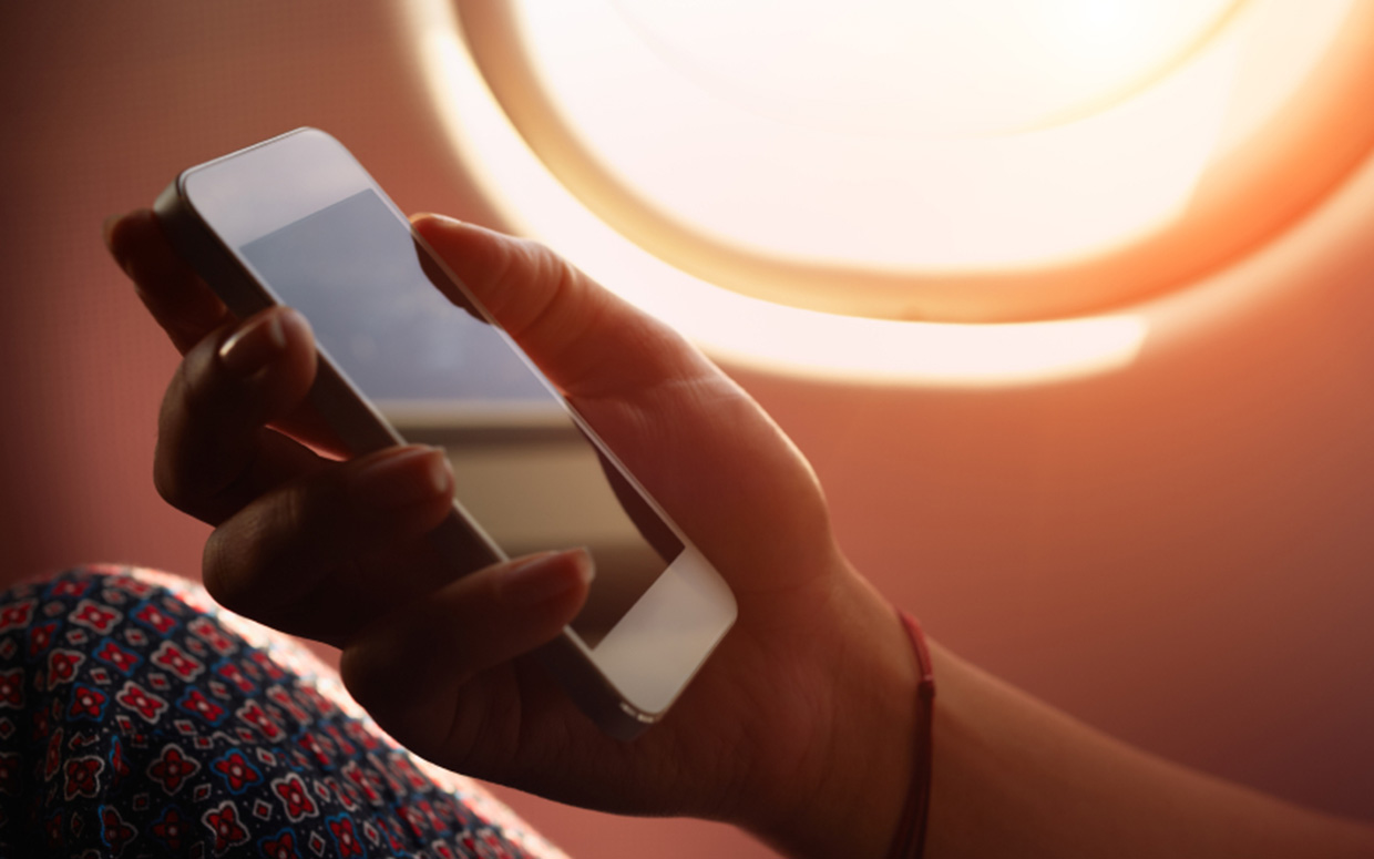 mobile-phone-apple-iphone-on-plane-01