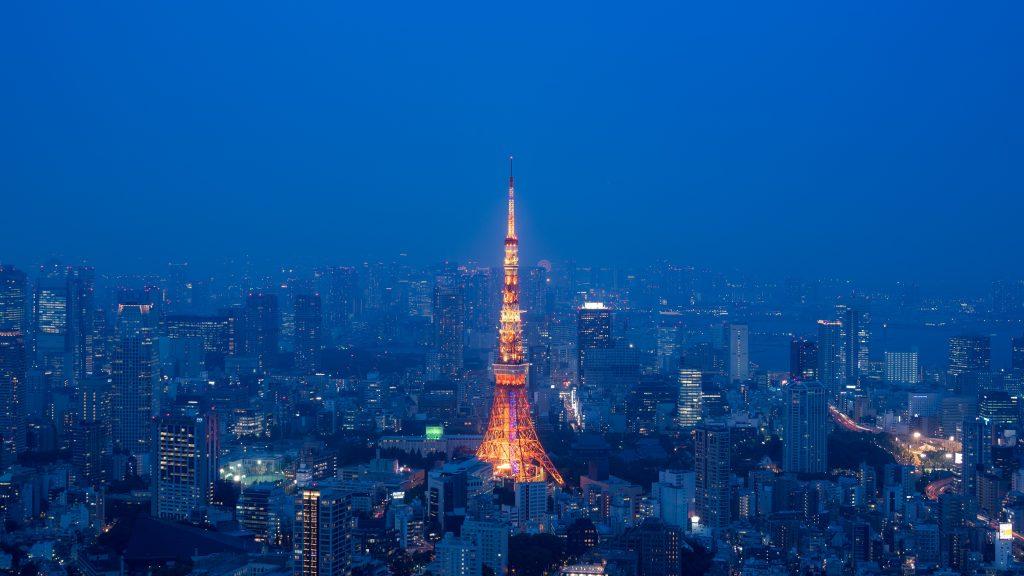 """Jelzőfény a ködben A Tokiói torony a legikonikusabb épület a metropoliszban, és egy nagyon hatásos képet szerettem volna készíteni róla. A Mori torony közelében egy háztetőről fényképeztem, ahol a szabályok nagyon szigorúak – csak egy fényképezőgépet és egy objektívet lehet vinni, állványt nem. A választás a D5 vázra és az AF-S NIKKOR 28-300mm f/3.5-5.6G ED VR objektívre esett, és vártam az estét a gyönyörű """"kék órával"""", amikor köd borítja a várost. Így a Tokiói torony meleg színe szép kontrasztot ad a város sejtelmes kék árnyalataival."""