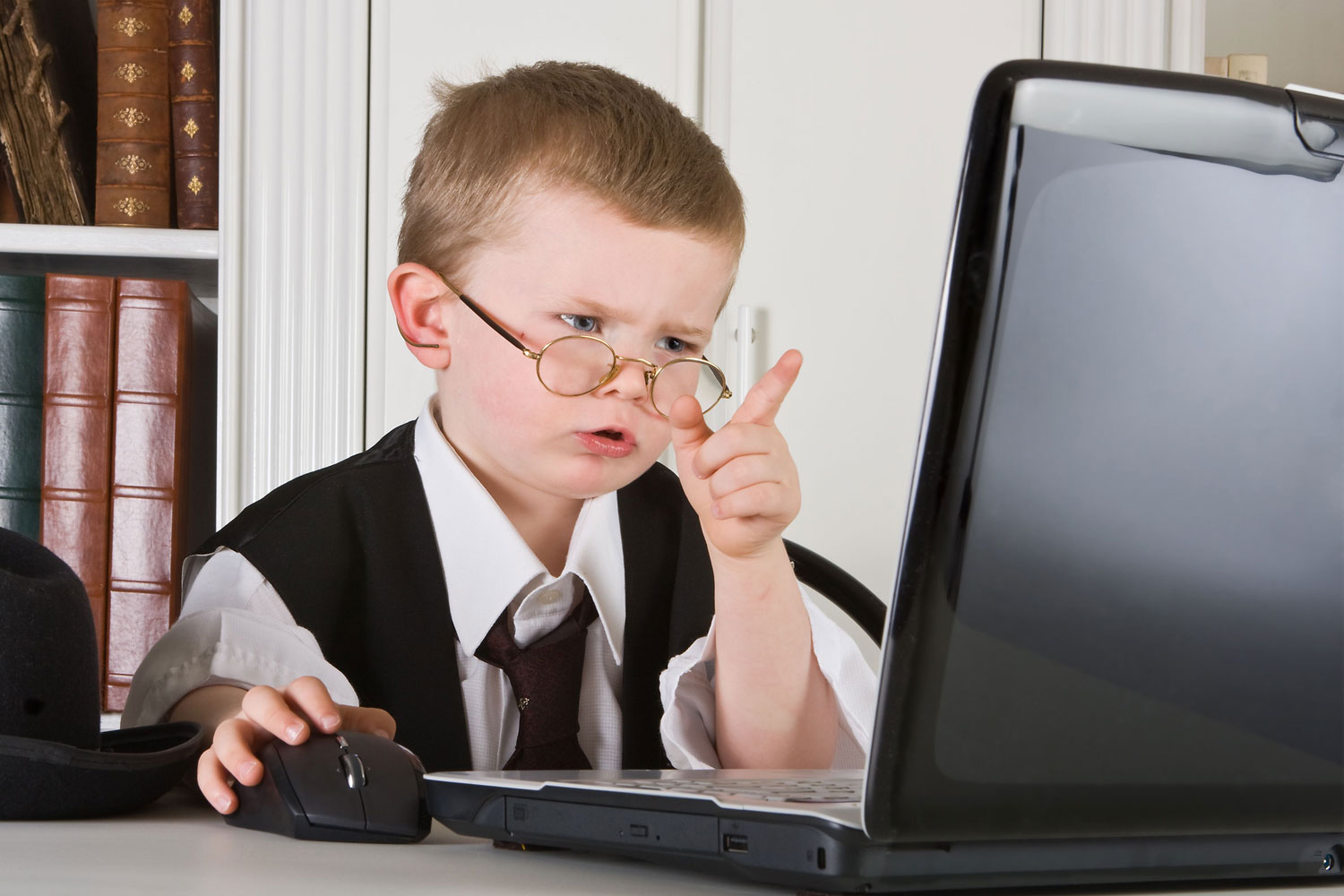 kid-puzzled-by-the-old-internet-child-computer