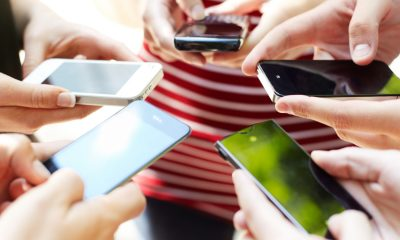 group-of-people-smartphones-1940x900_35714