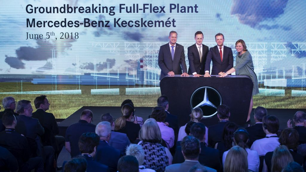 "Grundsteinlegung für erstes ""Full-Flex Werk"" von Mercedes-Benz Cars. Zur Grundsteinlegung für das zweite Werk am ungarischen Standort Kecskemét trafen sich am 5. Juni 2018 Vertreter aus Politik und Wirtschaft (von links nach rechts): Christian Wolff, CEO Mercedes-Benz Manufacturing Hungary Kft. und Standortverantwortlicher Mercedes-Benz Werk Kecskemét; Péter Szijjártó, Außenminister von Ungarn; Markus Schäfer, Mitglied des Bereichsvorstands Mercedes-Benz Cars, Produktion und Supply Chain; Klaudia Szemereyné Pataki, Bürgermeisterin der Stadt Kecskemét. // Groundbreaking for first ""Full-Flex Plant"" of Mercedes-Benz Cars. To mark the laying of the cornerstone for the second plant at the Hungarian site in Kecskemét on June 5th, 2018, representatives from the worlds of politics and business came together (from left to right): Christian Wolff, CEO Mercedes-Benz Manufacturing Hungary Kft. and site manager Mercedes-Benz Kecskemét plant; Péter Szijjártó, Minister of Foreign Affairs and Trade of Hungary; Markus Schäfer, Member of the Divisional Board of Mercedes-Benz Cars, Production and Supply Chain; Klaudia Szemereyné Pataki, Mayoress of the city of Kecskemét."