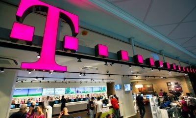 Budapest, 2012. július 17. Érdeklõdõk a Magyar Telekom T-Pont üzletében, a budapesti Mammut bevásárlóközpontban. MTI Fotó: Mohai Balázs