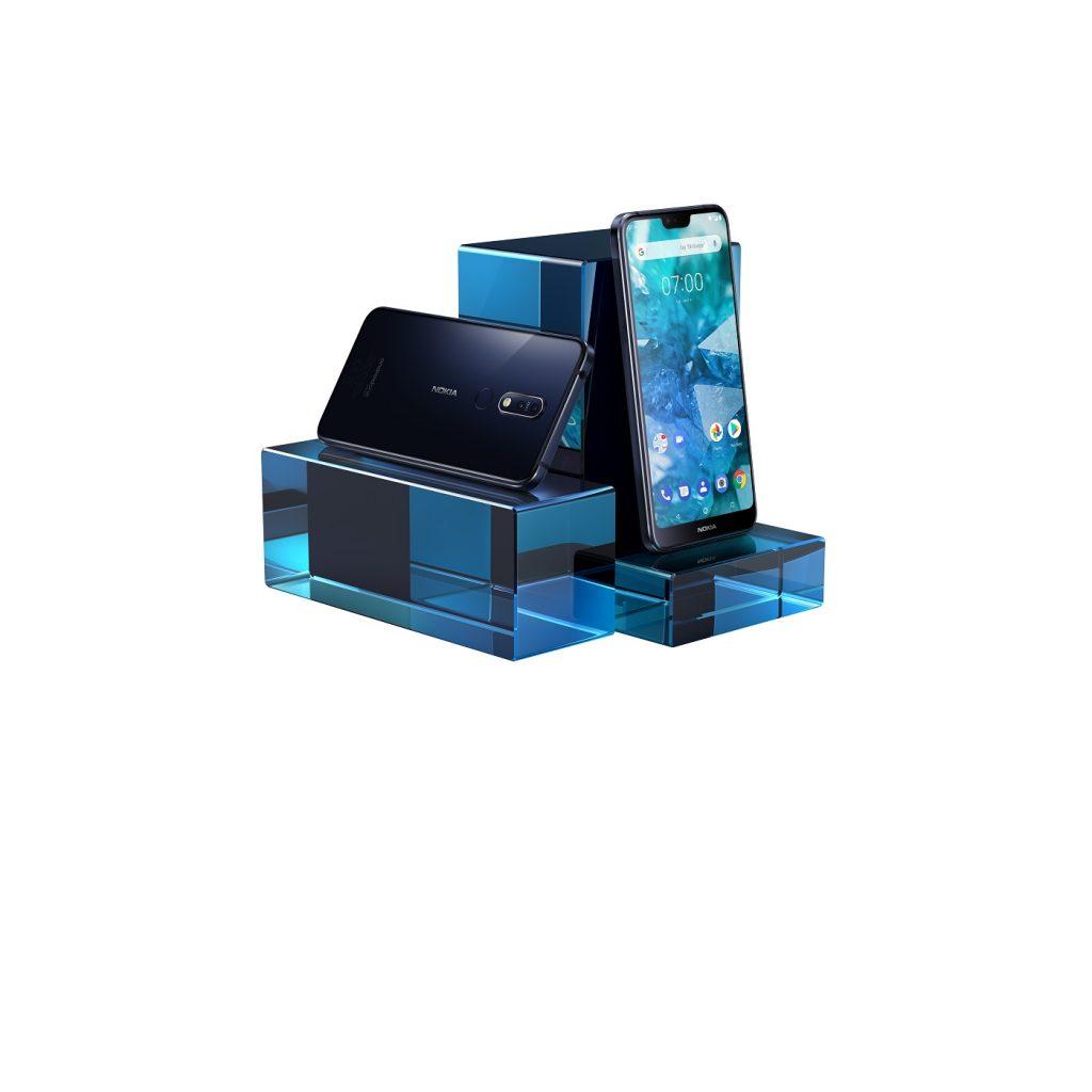 hmd-global-nokia-7-1-midnight-blue-lifestyle-wb