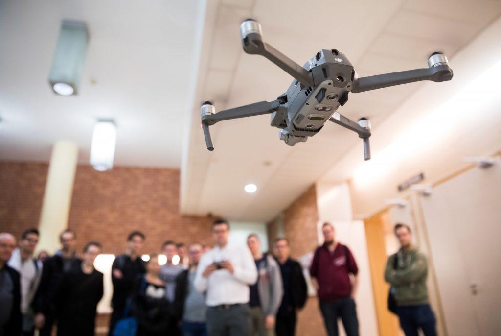 Budapest, 2019. február 22. DJI Mavic 2 Zoom típusú drónt mutatnak be az Óbudai Egyetem Kandó Kálmán Villamosmérnöki kar drónkezelõi kurzusán 2019. február 21-én. Az Ipari UAV (unmanned aerial vehicle, pilóta nélküli légi jármû) kezelési és fejlesztési ismeretek elnevezésû tantárgy óráin az oktatók hivatásos drónkezelõk, mérnöktanárok, civil, illetve katonai pilóták. A képzésben részt vesz a világ egyik vezetõ dróngyártója, a kínai DJI magyar disztribútora, a Duplitec is. MTI/Mohai Balázs