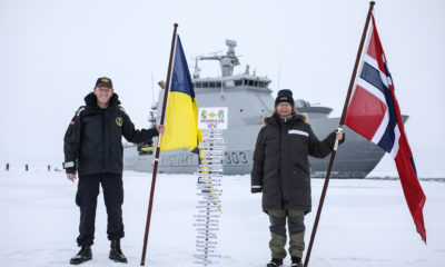 Skipssjef Geir-Magne Leinebø og Toktleder CAATEX Dr. Hanne Sagen har plantet kystvaktflagget og det norske flagget på Nordpolen. *** Local Caption *** Commanding officer Geir-Magne Leinebø and expedition leader CAATEX Dr. Hanne Sagen at the North Pole