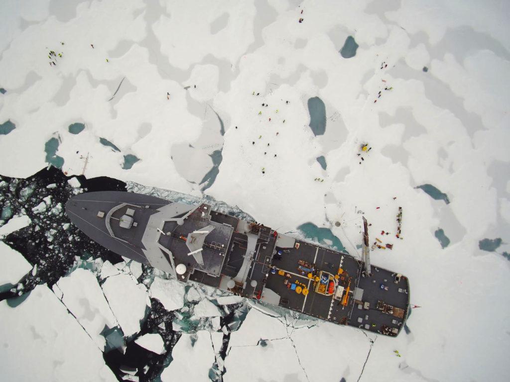 KV Svalbard på Nordpolen *** Local Caption *** The coastal vessel  KV Svalbard at the North Pole