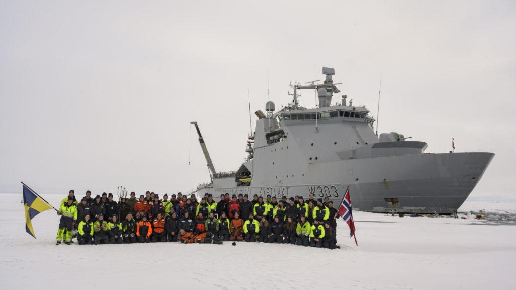 Besetningen ombord på KV Svalbard på Nordpolen *** Local Caption *** The crew of the coastal vessel KV Svalbard at the North Pole